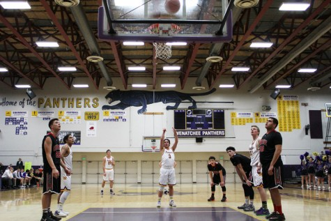 Boys varsity basketball team moves on to District title game